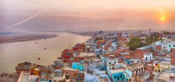 Opinión de la puesta del sol sobre Varanasi durante festival de la cometa fotografía de archivo
