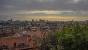 Opinión de la puesta del sol sobre Zagreb imagenes de archivo