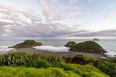 Opinión de la puesta del sol Sugar Loaf Islands, nuevo Plymouth, Nueva Zelanda Foto de archivo