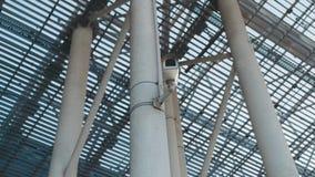 Opinión de la rotación de la vigilancia video en el terminal de aeropuerto Siendo asegurado, lugar seguro Tecnologías modernas almacen de metraje de vídeo