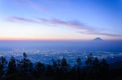 Opinión de la salida del sol de la ciudad de Kofu y del Mt fuji fotos de archivo libres de regalías