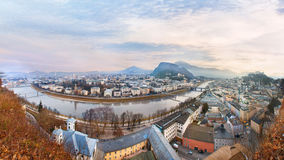 Opinión de la salida del sol de la ciudad histórica Salzburg imagen de archivo
