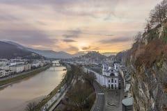 Opinión de la salida del sol de la ciudad histórica Salzburg imagenes de archivo