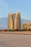 Opinión de la salida del sol de las torres de la propiedad horizontal y de la playa en la playa del sur Imagen de archivo