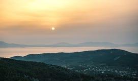 Opinión de la salida del sol de montañas y del mar en la isla de Aegina, Grecia Imágenes de archivo libres de regalías