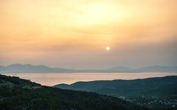Opinión de la salida del sol de montañas y del mar en la isla de Aegina, Grecia Foto de archivo