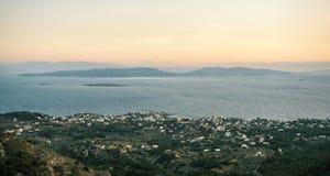 Opinión de la salida del sol de montañas y del mar en la isla de Aegina, Grecia Imagen de archivo libre de regalías