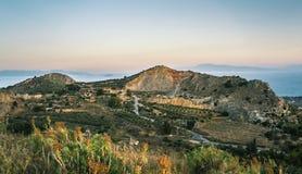 Opinión de la salida del sol de montañas y del mar en la isla de Aegina, Grecia Fotografía de archivo libre de regalías