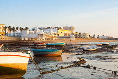 Opinión de la salida del sol de Playa de la Caleta con los barcos Foto de archivo libre de regalías