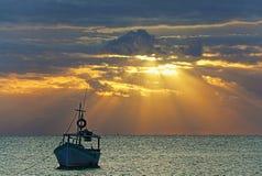 Opinión de la salida del sol del barco de pesca mexicano cerca de Cancun México Imágenes de archivo libres de regalías