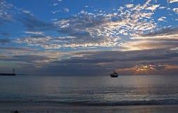 Opinión de la salida del sol del barco de pesca mexicano cerca de Cancun México Fotografía de archivo libre de regalías