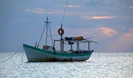 Opinión de la salida del sol del barco de pesca mexicano cerca de Cancun México Imagen de archivo