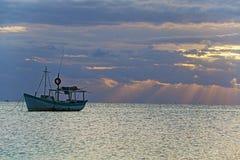Opinión de la salida del sol del barco de pesca mexicano cerca de Cancun México Fotos de archivo