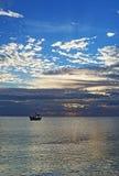 Opinión de la salida del sol del barco de pesca mexicano cerca de Cancun México Foto de archivo