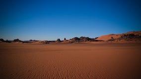 Opinión de la salida del sol a la duna de Tin Merzouga, parque nacional del nAjjer de Tassili, Argelia Imágenes de archivo libres de regalías