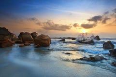 Opinión de la salida del sol en la playa Kuantan Malasia Fotos de archivo