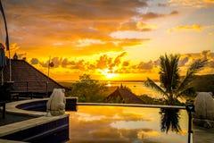 Opinión de la salida del sol en la piscina del infinito Mañana del cielo de la salida del sol bali fotos de archivo