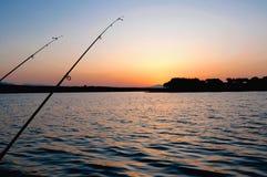 Opinión de la salida del sol en un día de pesca Foto de archivo