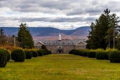 Opinión de la salida del sol de la escuela pública de Laurelton y del hospital abandonados y rústicos - Pennsylvania Imagenes de archivo