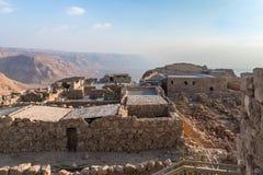 Opinión de la salida del sol de la excavación de las ruinas de la fortaleza de Masada, construida en 25 A.C. por rey Herod encima imagenes de archivo