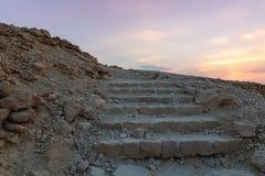 Opinión de la salida del sol de los pasos de piedra de la trayectoria que lleva a las ruinas de la fortaleza de Masada imagen de archivo