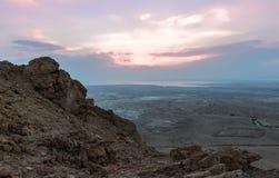 Opinión de la salida del sol del mar muerto de la trayectoria que lleva a las ruinas de la fortaleza de Masada fotografía de archivo libre de regalías