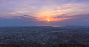 Opinión de la salida del sol del mar muerto de la trayectoria que lleva a las ruinas de la fortaleza de Masada foto de archivo libre de regalías