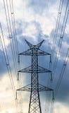 Opinión de la silueta de los posts de la electricidad por la tarde Foto de archivo