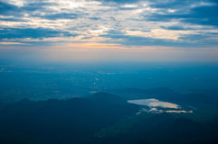 Opinión de la subida de Sun sobre la montaña Fotografía de archivo libre de regalías