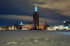 Opinión de la tarde ayuntamiento Estocolmo en el invierno foto de archivo libre de regalías