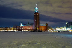 Opinión de la tarde ayuntamiento Estocolmo en invierno imagen de archivo
