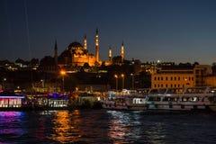 Opinión de la tarde de la bahía de oro del cuerno con el embarcadero de Eminonu en el fondo de la mezquita de Suleymaniye foto de archivo