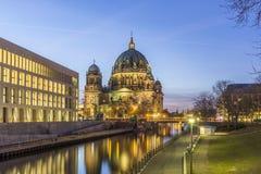 Opinión de la tarde Berlin Cathedral, Alemania fotos de archivo
