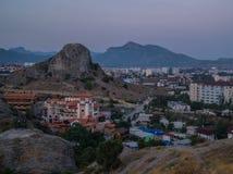 Opinión de la tarde de la ciudad de la montaña Foto de archivo
