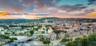 Opinión de la tarde de Tbilisi en la puesta del sol colorida georgia Ciudad del verano Foto de archivo