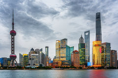 Opinión de la tarde del horizonte de Pudong (Lujiazui) en Shangai, China Fotografía de archivo libre de regalías