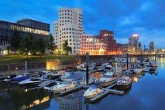 Opinión de la tarde del medios puerto con los edificios de Neuer Zollhof, Düsseldorf Imagen de archivo libre de regalías
