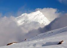 Opinión de la tarde del pico de Chulu entre las nubes Imagen de archivo