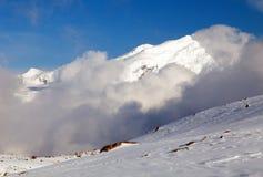 Opinión de la tarde del pico de Chulu entre las nubes fotos de archivo