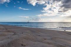 Opinión de la tarde del velero de la playa de la isla de Oahu imágenes de archivo libres de regalías
