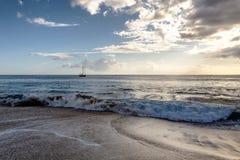 Opinión de la tarde del velero de la playa de la isla de Oahu fotografía de archivo