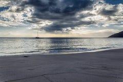 Opinión de la tarde del velero de la playa de la isla de Oahu fotos de archivo libres de regalías