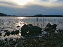 Opinión de la tarde del verano de un lago Foto de archivo