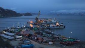 Opinión de la tarde el cangrejo que procesa la nave, pescando los barcos rastreadores en el embarcadero en puerto almacen de metraje de vídeo