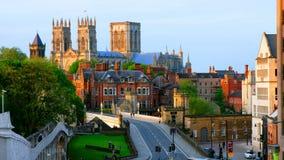Opinión de la tarde en el centro de York, Reino Unido, con la catedral de la iglesia de monasterio de York almacen de metraje de vídeo