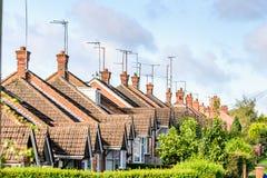 Opinión de la tarde de la fila de casas colgantes inglesas típicas en Northampton Imagen de archivo libre de regalías
