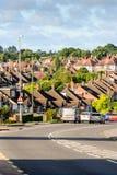 Opinión de la tarde de la fila de casas colgantes inglesas típicas en Northampton Imagen de archivo