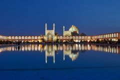 Opinión de la tarde de la mezquita con la iluminación de la noche, Isfahán, Ir del Sah imagen de archivo libre de regalías