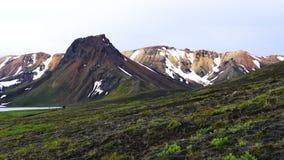Opinión de la tarde de la montaña hermosa en verano en Lanmannalaugar almacen de metraje de vídeo