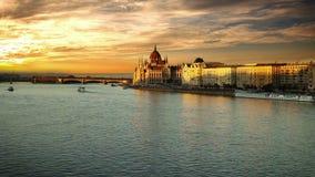Opinión de la tarde sobre el parlamento húngaro en Budapest almacen de video